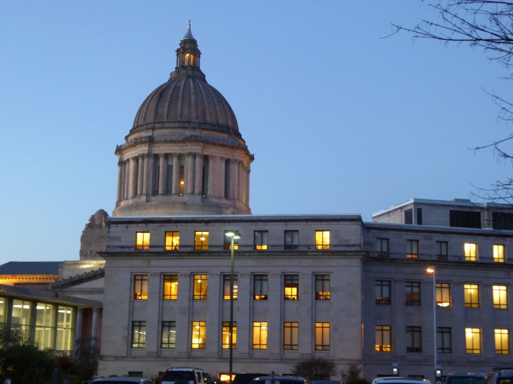 A picture of the Olympia Capitol building at dusk with all of the lights on.